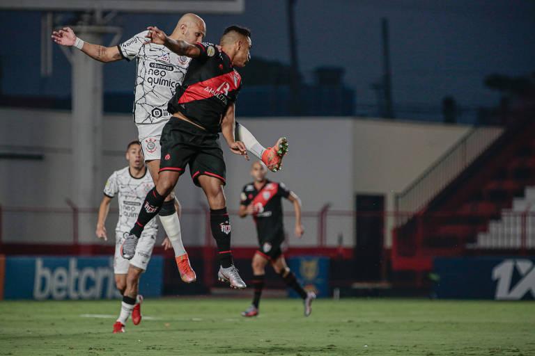 Jogadores de Corinthians e Atlético-GO disputam bola em partida do Brasileiro