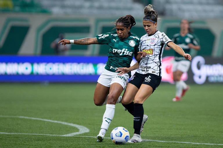 Jogadoras de Palmeiras e Corinthians disputam bola na final do Campeonato Brasileiro feminino