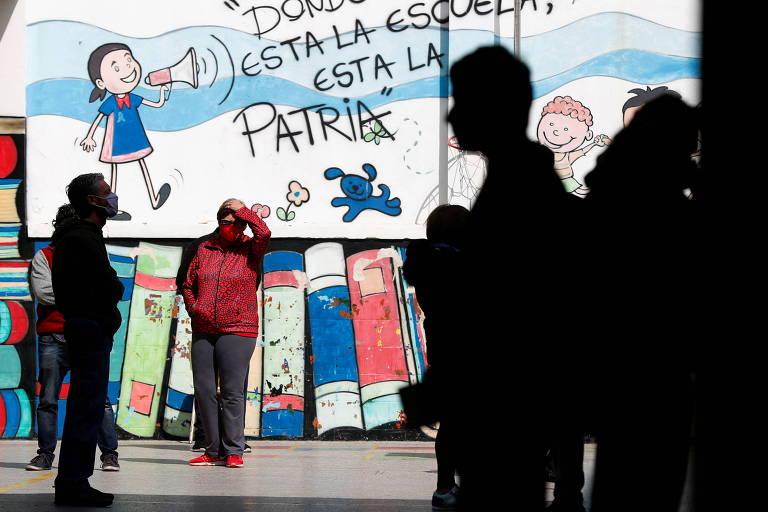 Fila em local de votação em Buenos Aires durante primárias legislativas na Argentina