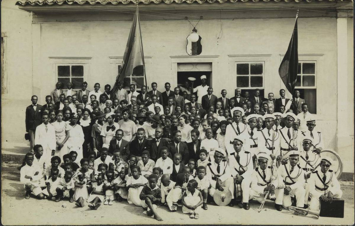 Um grupo de pessoas posa para foto em frente da sede da delegação da Frente Negra Brasileira