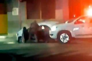 Vvådeo mostra policiais militares atirando contra o interior do vevåculo