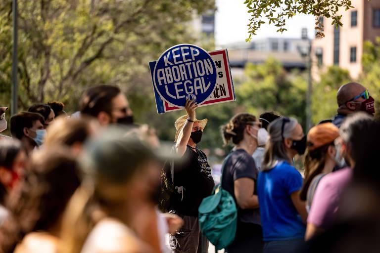 Ativistas favoráveis ao direito ao aborto durante protesto em frente à sede do legislativo do Texas, em Austin