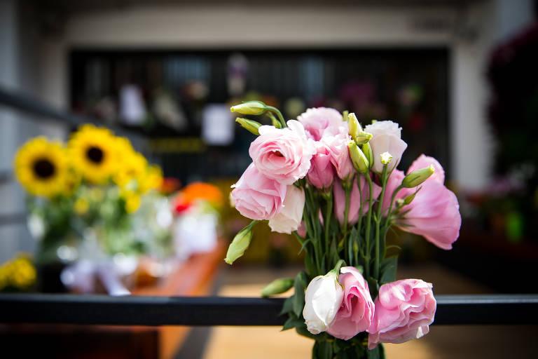 Flores e cartazes pedindo segurança foram colocados em frente à cafeteria de empresário morto no centro de SP