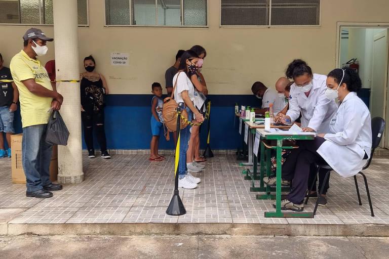 Os postos de vacinação da cidade de São Paulo recebem, nesta segunda-feira (13), 165 mil doses de Pfizer para vacinar parte das 340 mil pessoas que não receberam a segunda dose da AstraZeneca. Na foto, pessoas na UBS Mooca I, na zona leste da capital paulista.