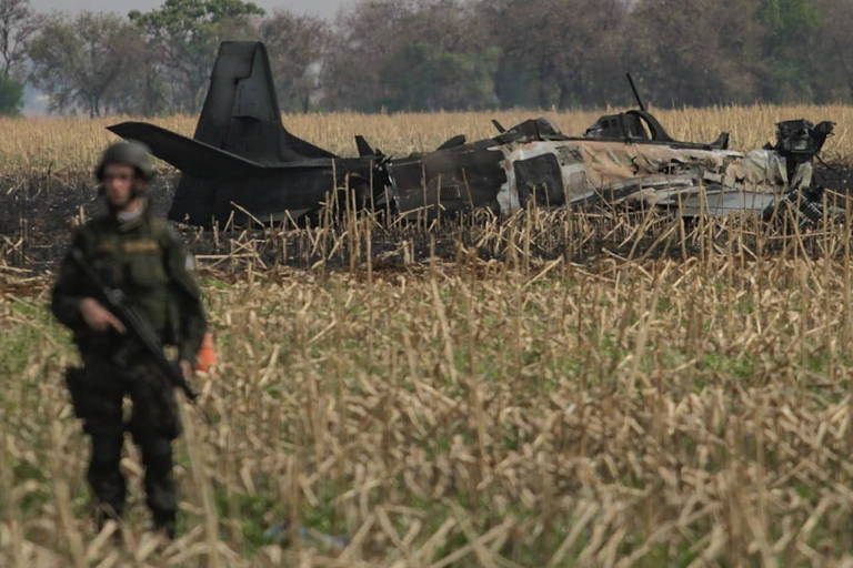 Avião da FAB cai e causa incêndio florestal em Campo Grande; veja vídeo