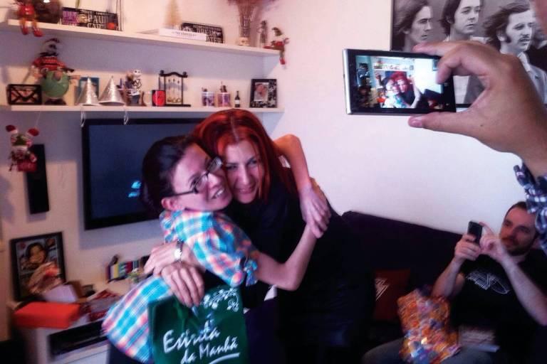 À esq., Luciana Mendes (1978-2021) com a irmã Fernanda (Misaki Chan)