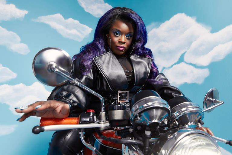 mulher negra com roupa de motoqueira