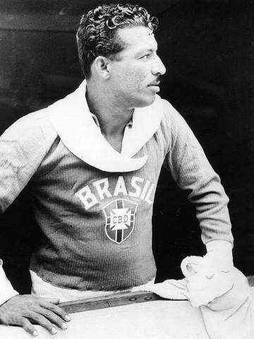 LOCAL DESCONHECIDO, 25-02-1953: Futebol: o jogador Zizinho com a camisa da seleção brasileira. Zizinho morreu de infarto aos 80 anos no dia 07 de fevereiro de 2002. (Foto: Acervo UH/Folhapress)    ORG XMIT: AGEN1011211922459163