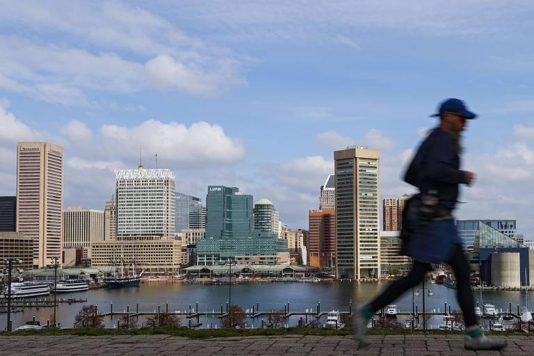 Pessoa caminhando na cidade de Baltimore, nos EUA