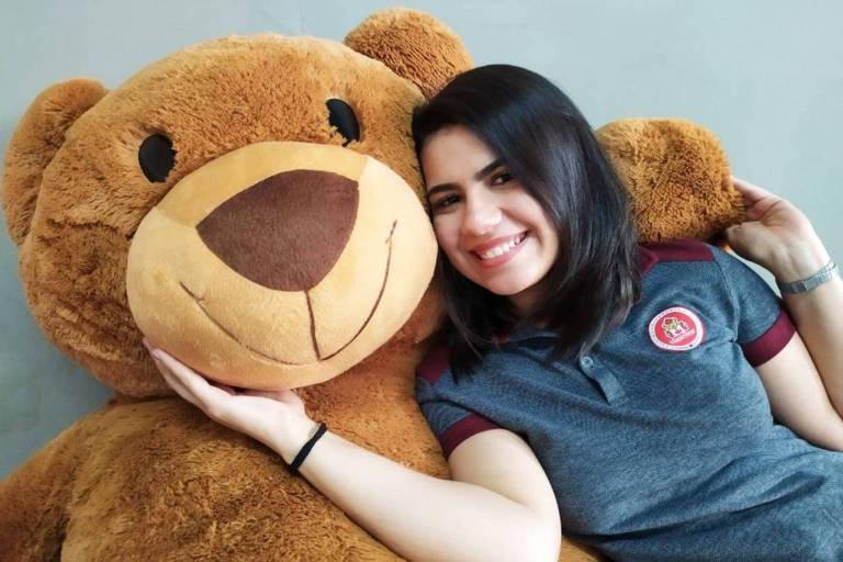 A assistente jurídica da Maple Bear Maylla Amorim, 28, com urso de pelúcia