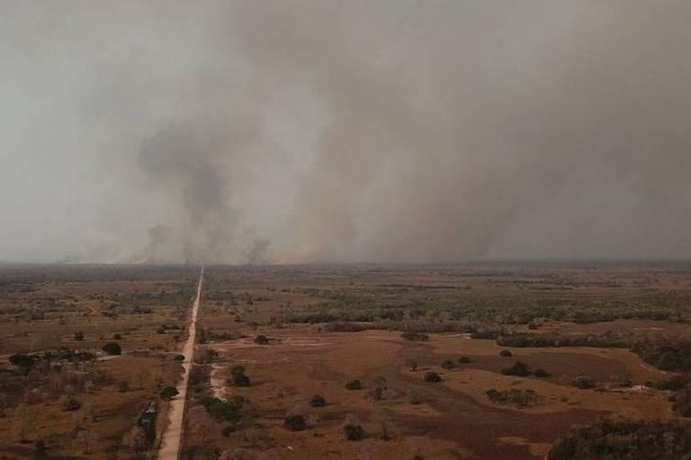 Imagem aérea mostra incêndio em uma área de cerrado