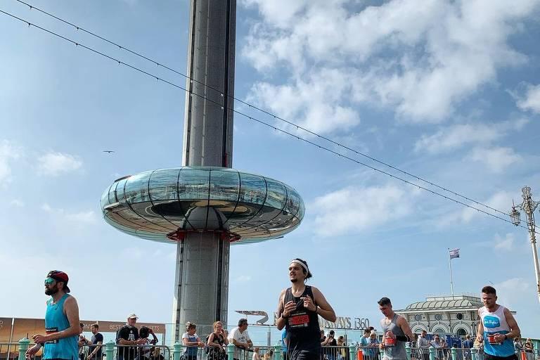 Pessoas participando de uma maratona que acontece nas ruas de Brighton, cidade da Inglaterra
