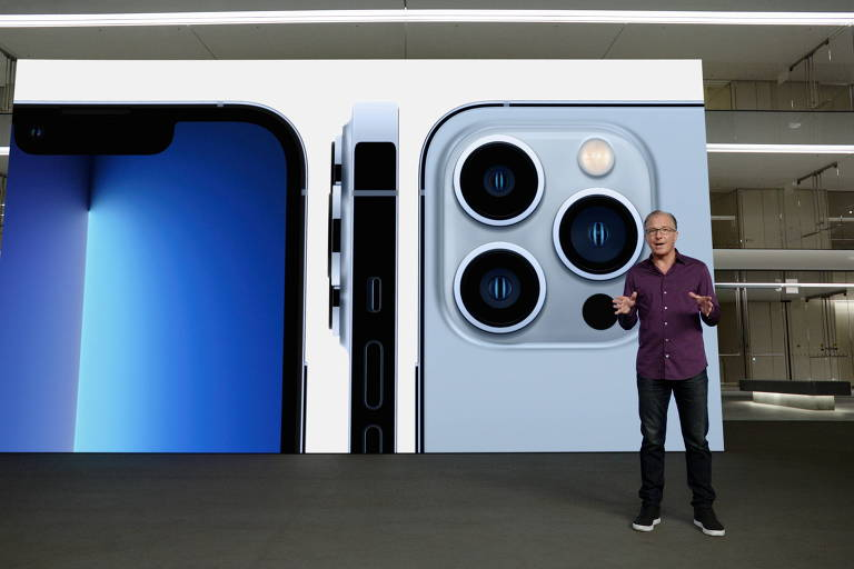 Greg Joswiak, vice-presidente de marketing da Apple, apresenta o iPhone 13 Pro, com três câmeras