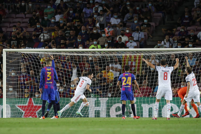 Lewandowski comemora gol do Bayern sobre o Barcelona