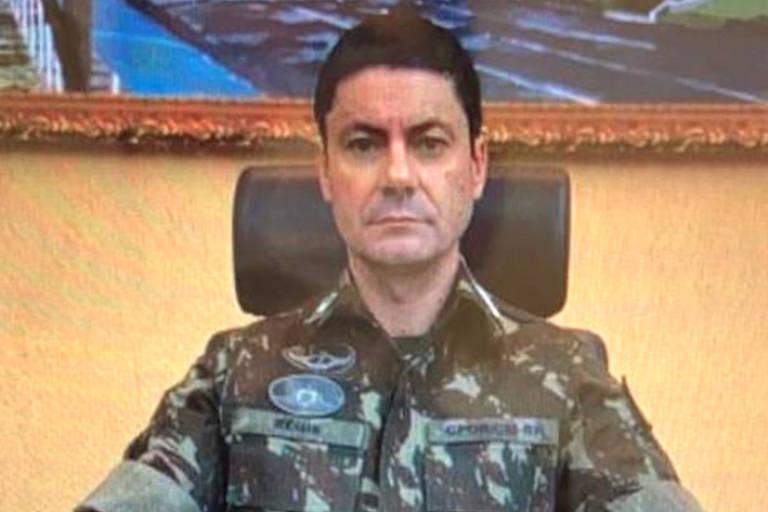 Militar fardado está senado na frente de uma mesa de escritório