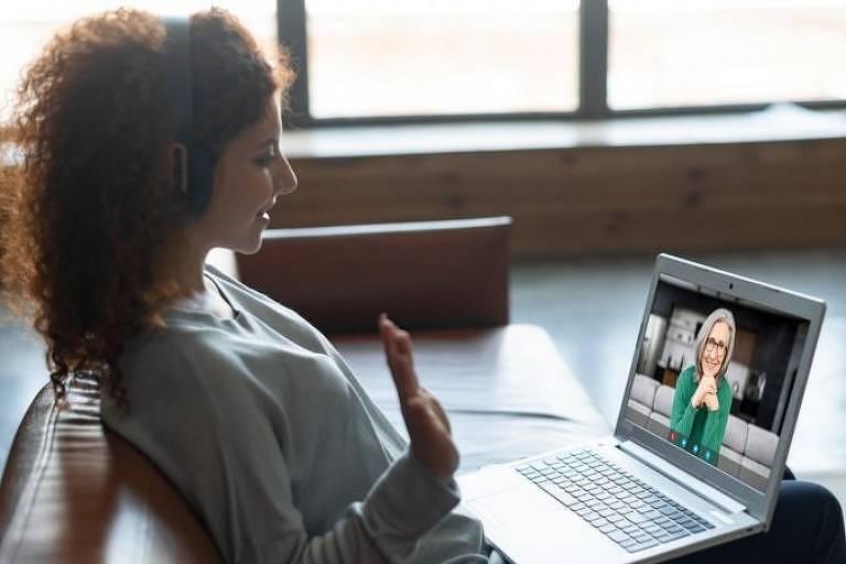 Mulher faz chamada de vídeo em notebook