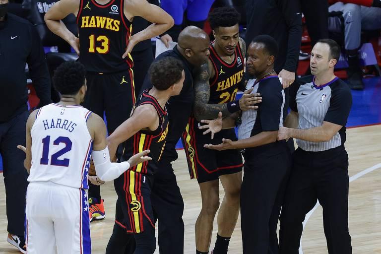 Atletas de Philadelphia 76ers e Atlanta Hawks discutem com árbitros em jogo dos playoffs