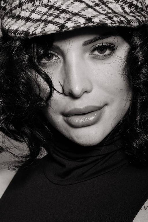 Imagens da atriz Aline Mineiro