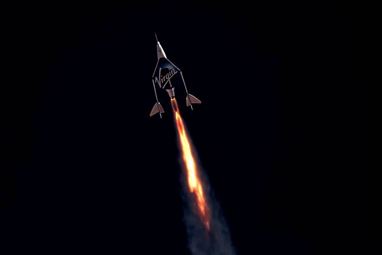 Avião deixa rastro de fogo em um céu escuro