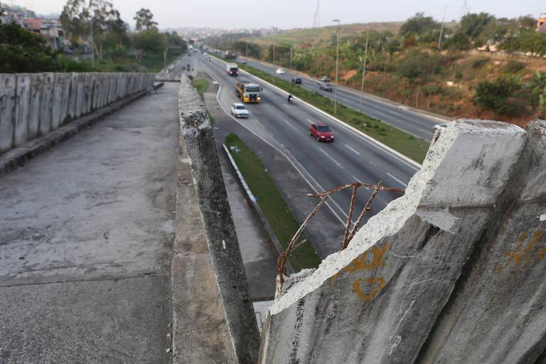 Vândalos furtam até o ferro da estrutura de passarela na zona leste de SP
