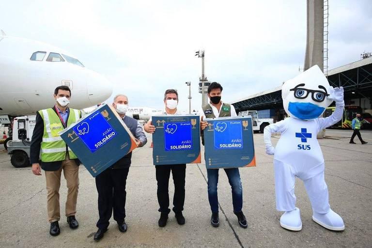 O ministro da Saúde, Marcelo Queiroga, entrega no aeroporto de Guarulhos, nesta quarta (15) 1,1 milhão de doses, da Pfizer, que faltavam para garantir a imunização de toda a população adulta do Brasil com a primeira aplicação da vacina contra a Covid-19.