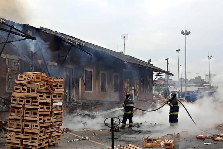 Incêndio atingiu um galpão de hortifruti, na rua Santa Rosa, 330, no Brás (região central de São Paulo), nesta quarta-feira (15)