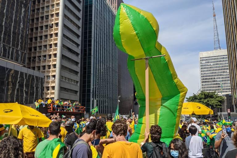 Estrutura falica inflável durante atos na paulista, no 7 de setembro