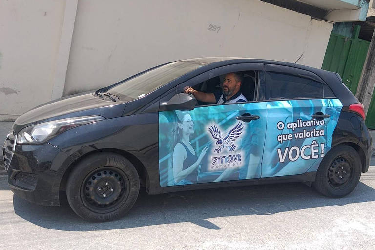 Carro preto, com inscrição na lateral do aplicativo 7Move, dentro está o motorista Rodrigo Vieira, de Belo Horizonte