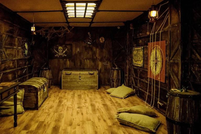 Escape Júnior, que aceita crianças a partir de 8 anos, tem salas com temas mais lúdicos; na sala O Porão do Navio Pirata, por exemplo, há um tesouro que deve ser descoberto
