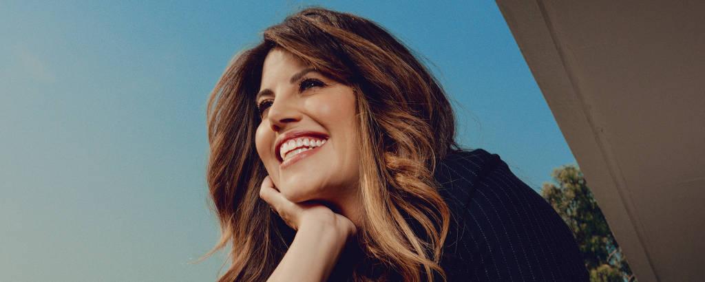 Monica Lewinsky sorridente apoiada em uma sacada