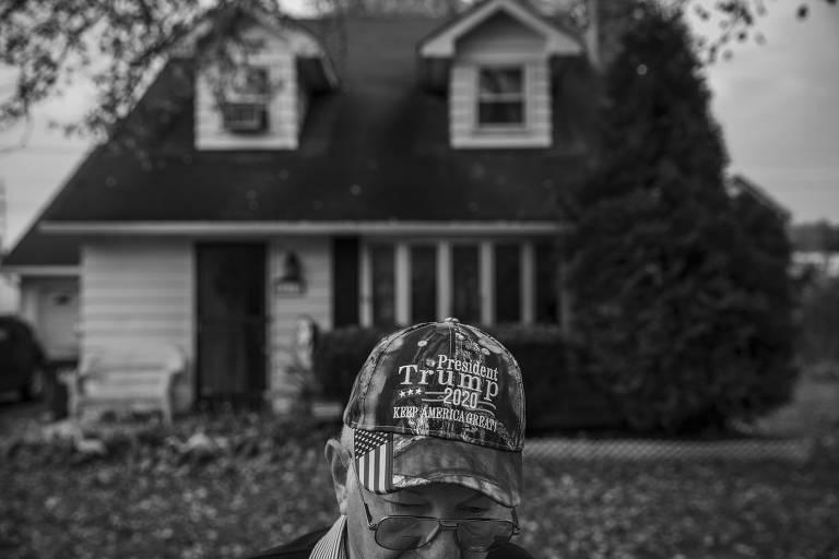 homem branco e idoso está em um quinta e usa boné de apoio ao presidente Donald Trump
