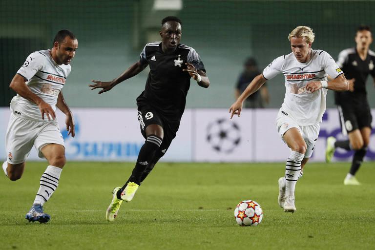 Autor do primeiro gol do Sheriff, Traoré escapa de Mudrik (dir.) e do brasileiro Ismaily (esq.) em Tiraspol
