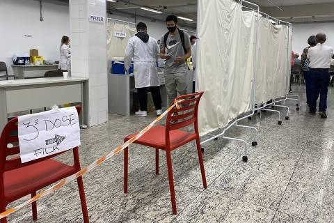 Porto Alegre, 15.09.2021,  Postos de vacinação em Porto registraram procura no primeiro dia da dose de reforço nesta quarta ( Foto: Fernanda Canofre/Folhapress )