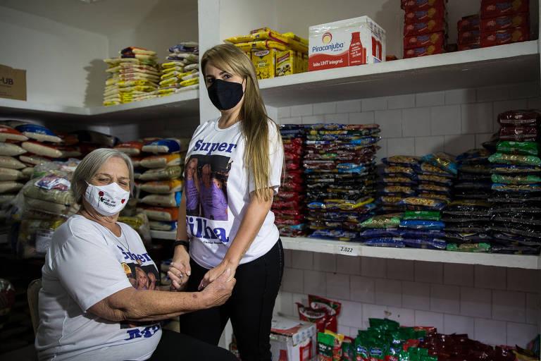 Ivani Milani, 70, e a filha  Andrea Milani, 44,diretora e  administradora do Lar das Mãezinhas, respectivamente, recebem as doações de cestas básicas do Projeto Social Voluntários Engajados do Metrô de São Paulo
