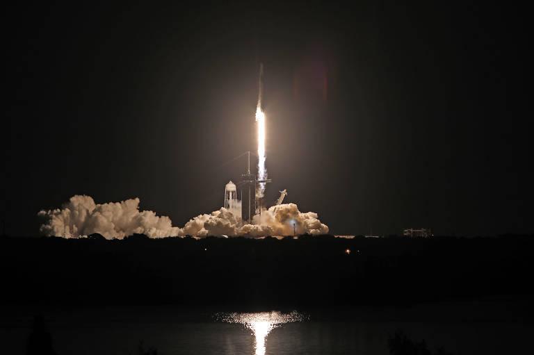 Civis são levados ao espaço pela empresa SpaceX, de Elon Musk