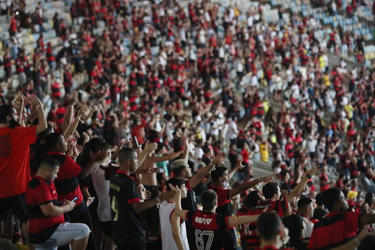 Torcedores nas arquibancadas do Maracanã para o duelo entre Flamengo x Grêmio