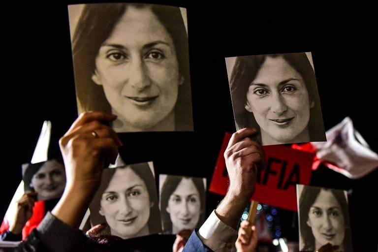 mãos seguram fotos em preto e branco de rosto de mulher