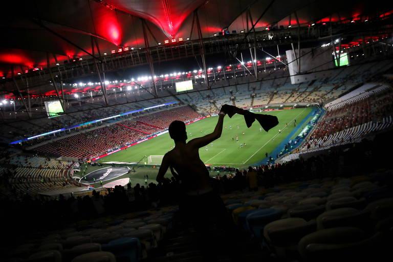 Torcedor no Maracanã para a o jogo de volta entre Flamengo e Grêmio, na Copa do Brasil
