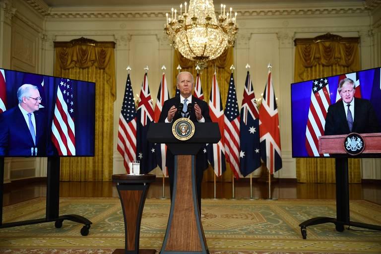 Biden durante conferência sobre segurança com o premiê britânico Boris Johnson (dir.)  e o premiê australiano Scott Morrison