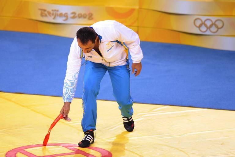 Ara Abrahamian joga fora a medalha de bronze durante os Jogos de Pequim-2008