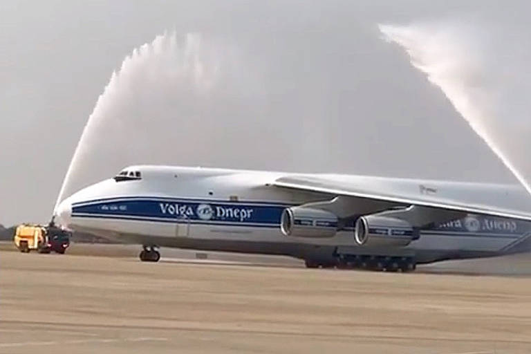 Mega avião russo Antonov AN-124 pousa em Belo Horizonte; veja fotos -  16/09/2021 - Mercado - Folha
