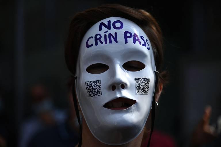 Rosto com máscara toda branca onde está escrito No Crin Pass