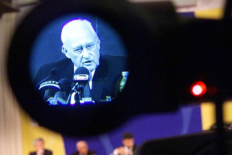 homem branco idoso discurso ao microfone