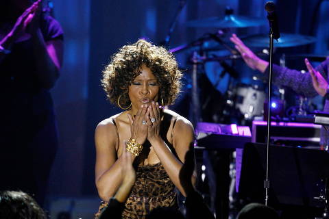 FILE PHOTO: Singer Whitney Houston blows kisses at the crowd at the conclusion of her performance at the 2009 Grammy Salute to Industry Icons event, honoring Clive Davis in Beverly Hills, California February 7, 2009. REUTERS/Mario Anzuoni   (UNITED STATES)/File Photo ORG XMIT: FW1