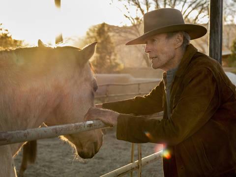 Clint Eastwood em cena do filme 'Cry Macho: O Caminho para Redenção', que ele mesmo dirige