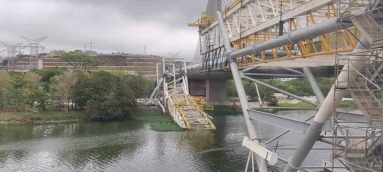 Estrutura metálica continua no rio Pinheiros um mês após queda