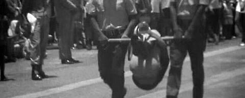 Indígena em pau-de-arara é exposto a autoridades em Belo Horizonte  Foto: Jesco von Puttkamer/Reprodução