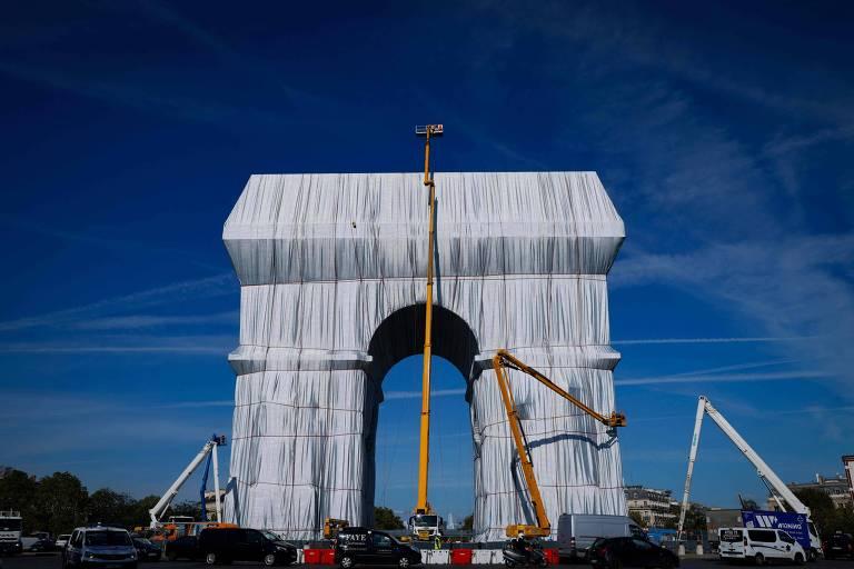 O Arco do Triunfo em Paris envolto em tecido