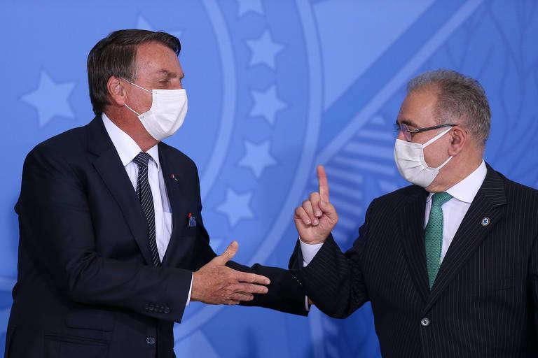 O presidente Jair Bolsonaro cumprimenta o ministro Marcelo Queiroga durante evento no Palácio do Planalto