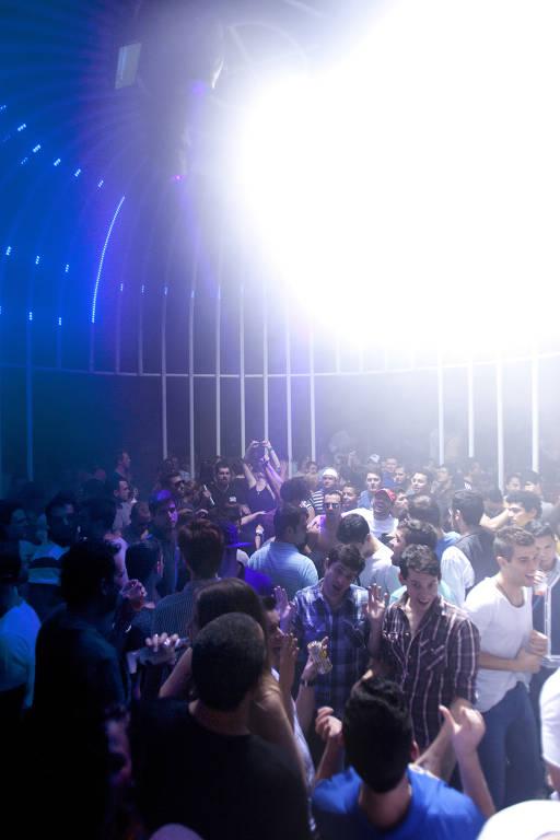 Pista da The Week, ícone da noite gay paulistana, em 2012